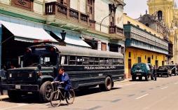 Yuri Martins Fontes / Peru-2001 / Lima: Militarização/ Centro/ Resquícios da ditadura